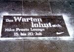 Mit Schablone aufgetragene Fußbodenwerbung